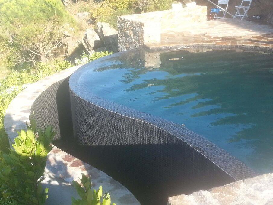 piscine monobloc en forme avec debordement finition carlage