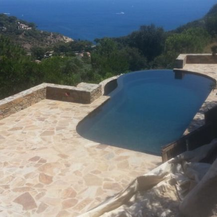piscine monobloc forme débordement
